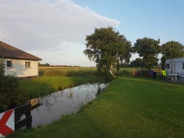Ein kleiner Fluß führt durch das Camp.